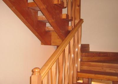 מדרגות עץ אורן מגוון עם מעקה עץ מפותל מעץ בוק