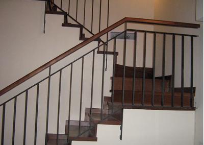 מדרגות עץ בוק מגוון עם מעקה מתכת