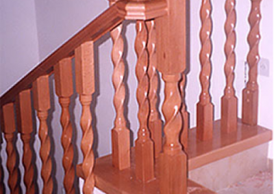 מעקה עשוי בחריטה בשילוב גילוף - דגם משושה (spiral)