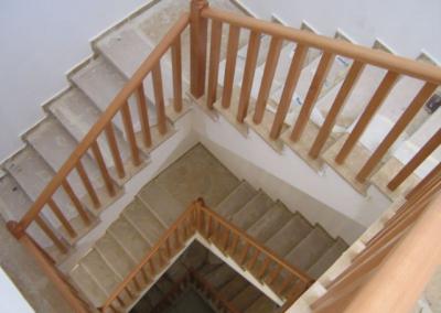 מעקה פשוט מעץ בוק מותאם לגרם המדרגות